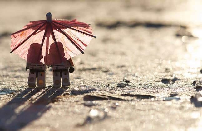dos-muncc83ecos-bajo-un-paraguas