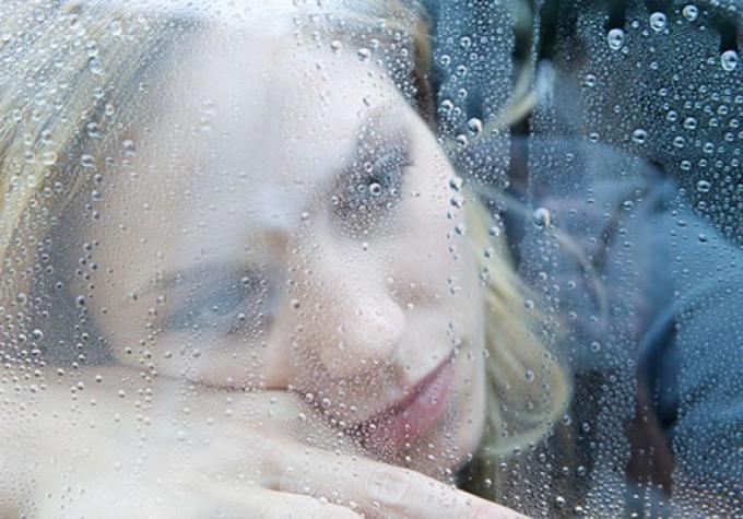 mulher-triste-olhando-a-chuva-56672