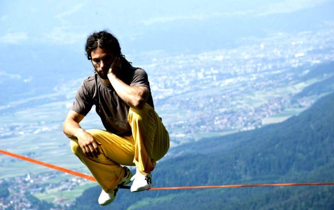 Christian Waldner auf einer Sackline in der Nähe der Hinterhornalm in Tirol.