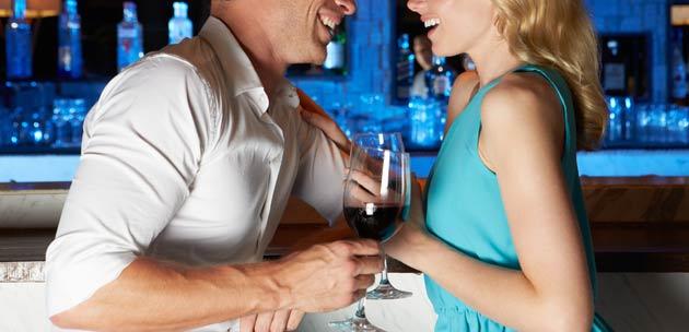 casal-bonito-social-conversando-bar